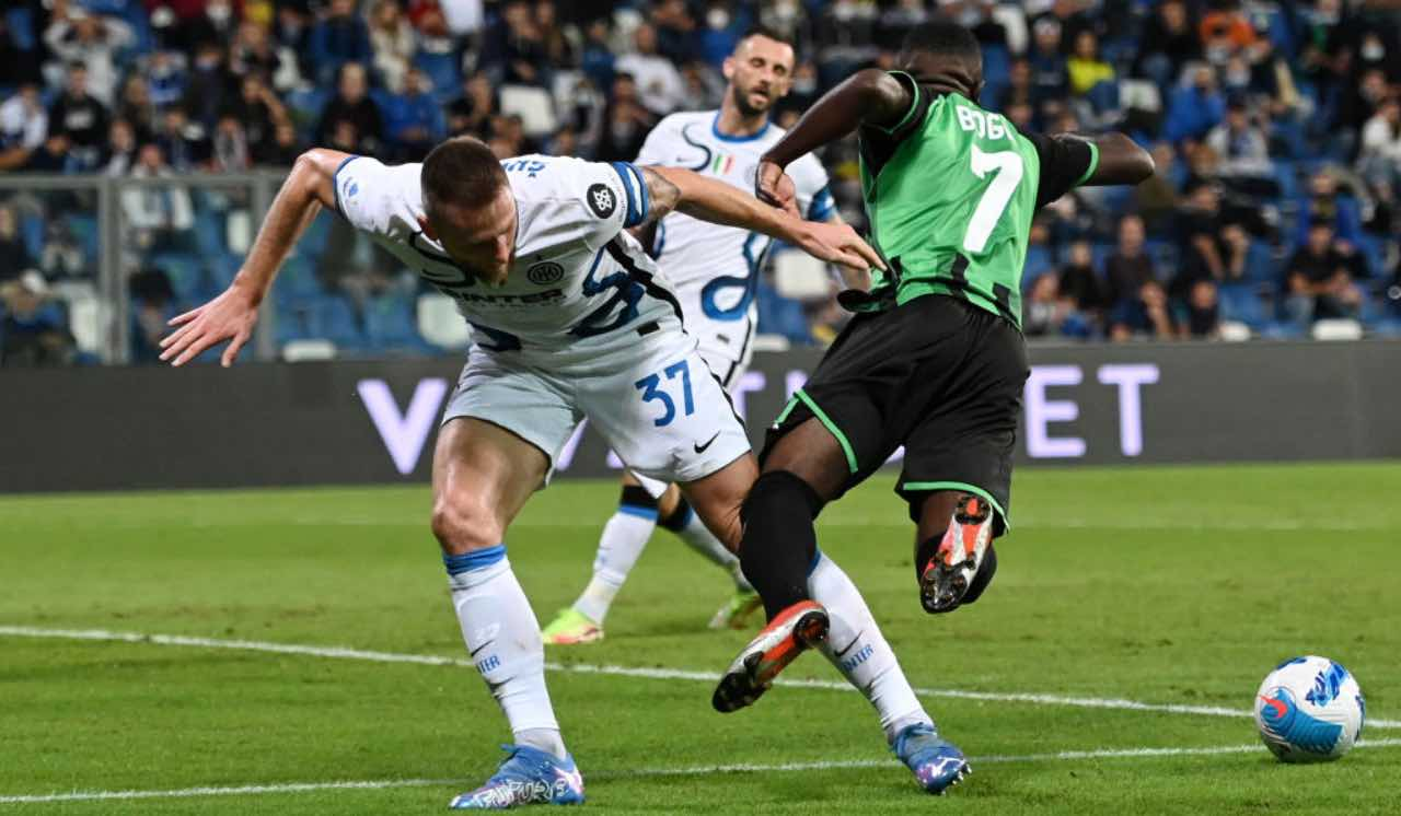Sassuolo-Inter, Skriniar commette fallo da rigore su Boga