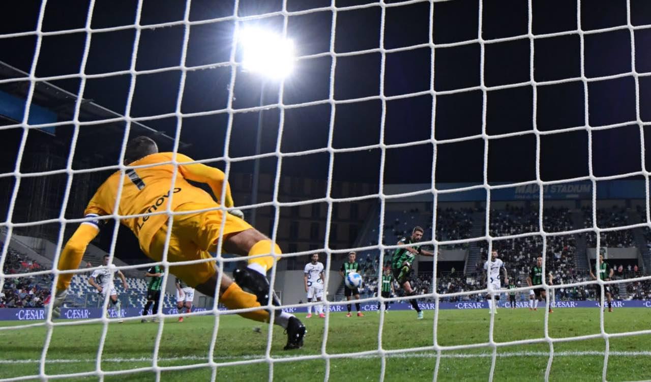 Sassuolo-Inter, Berardi segna il rigore ad Handanovic