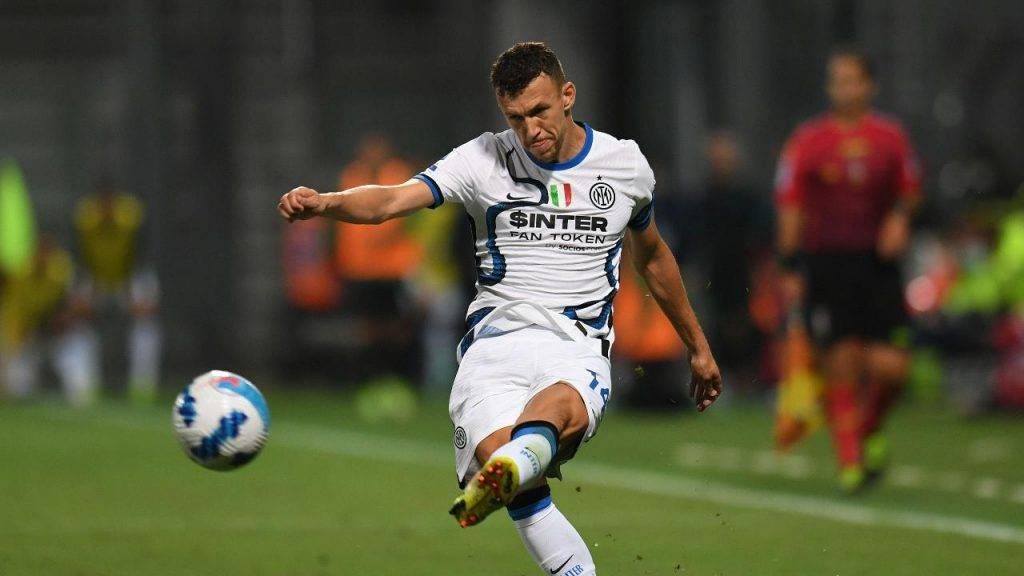 Perisic calcia il pallone Inter