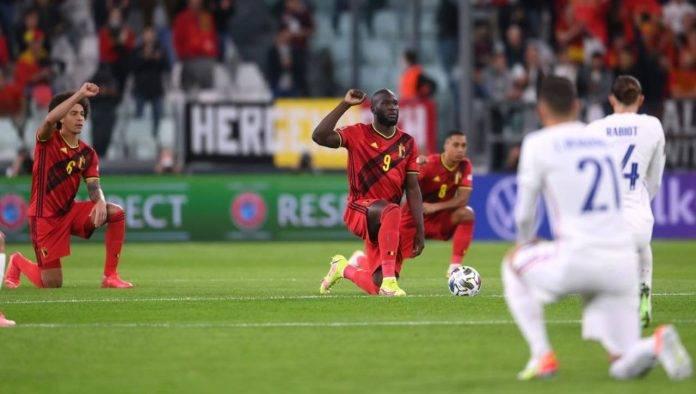 Belgio-Francia, giocatori inginocchiati contro il razzismo
