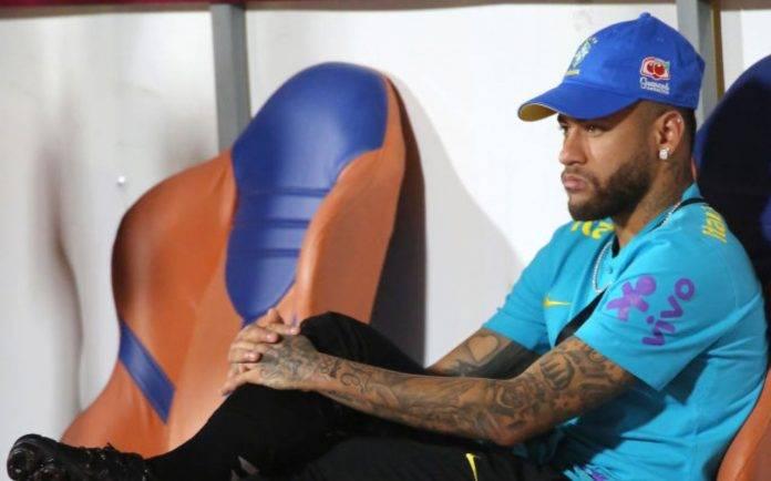 Neymar seduto in panchina