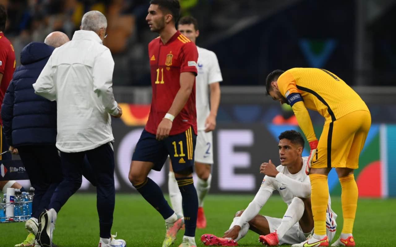 Varane sul terreno di gioco dopo l'infortunio in Spagna-Francia