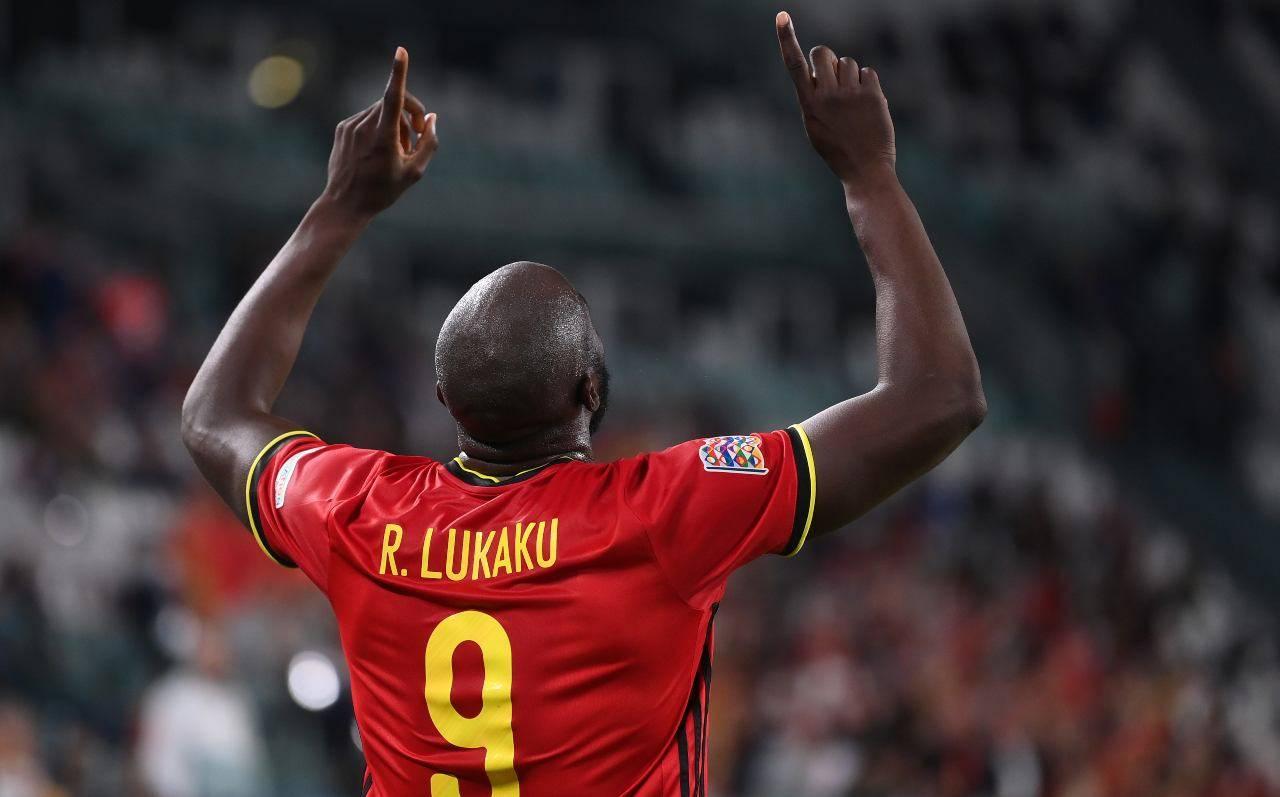 Lukaku alza le braccia al cielo