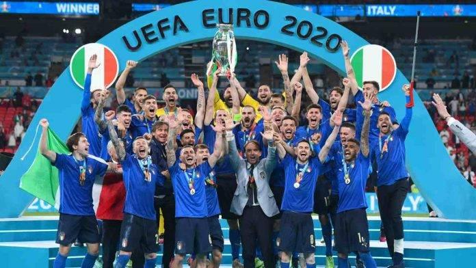 Chiellini solleva la Coppa d'Europa