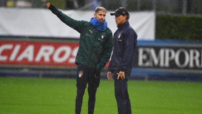 Jorginho dialoga con Mancini