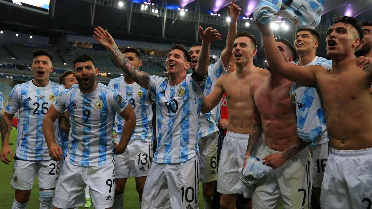 'Kun' Aguero con Messi e gli altri compagni di nazionale dopo la vittoria della Coppa America
