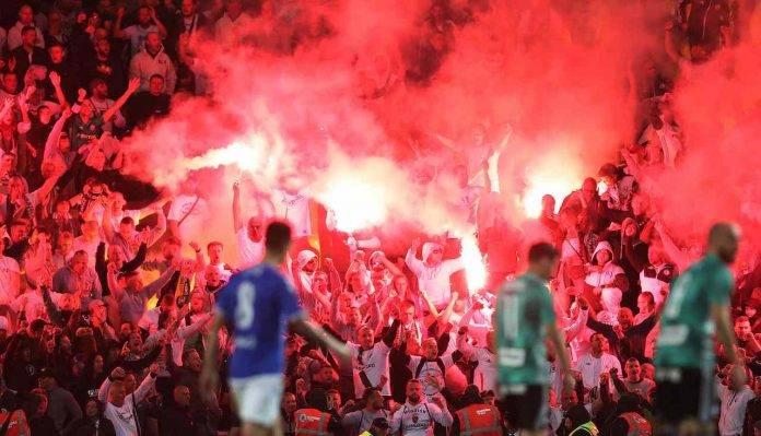 Tifosi del Legia Varsavia in azione a Glasgow