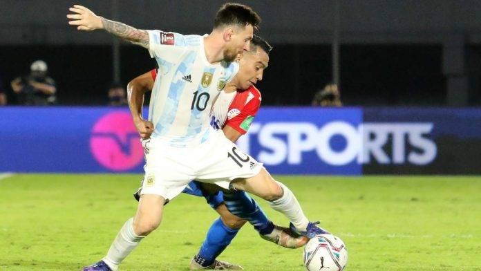Messi contrastato da un avversario