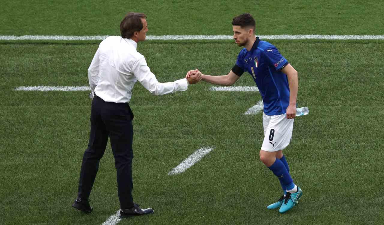 Mancini e Jorginho si danno la mano