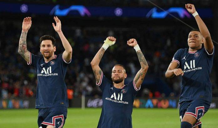 Mbappé con Neymar e Messi