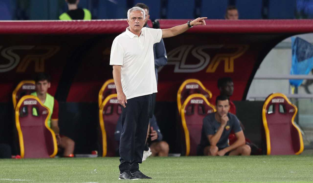 José Mourinho indica in panchina