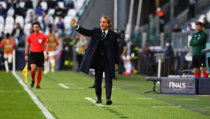 Roberto Mancini dà indicazioni alla Nazionale