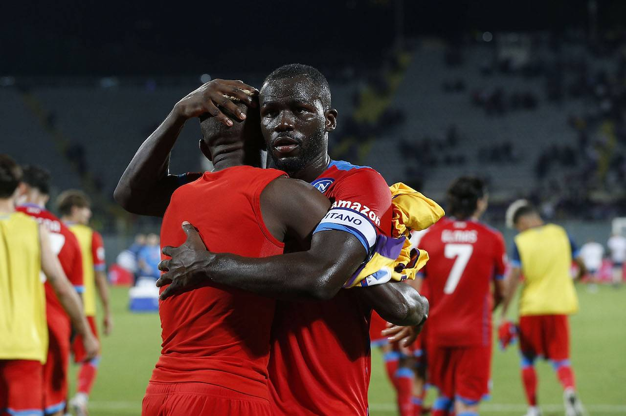 Koulibaly e Osimhen s'abbracciano