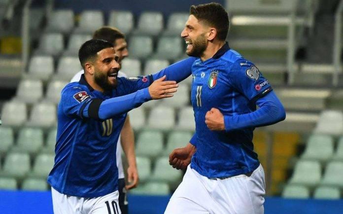 Berardi ed Insigne esultano con la maglia dell'Italia